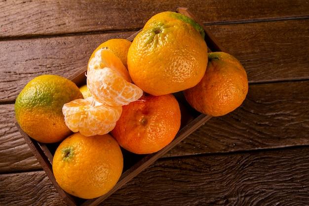Scatola di mandarino sul tavolo di legno