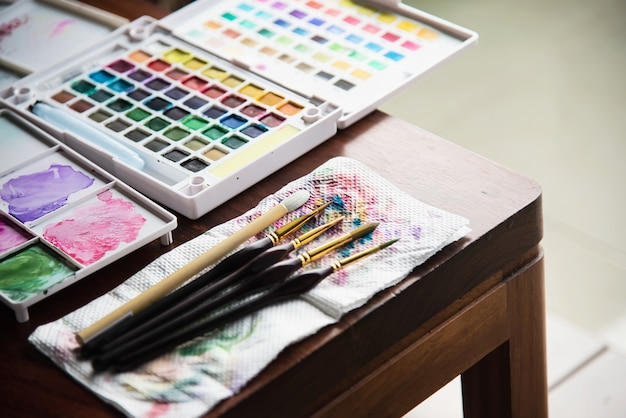 Scatola di palette dell'acquerello con set di pennelli