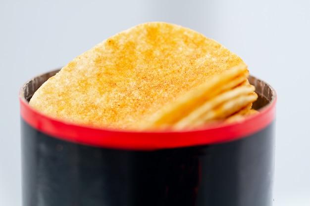 Scatola di patatine con patatine fritte salate croccanti di patate