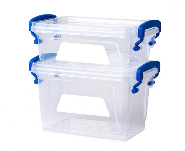 Scatola di plastica trasparente isolata su bianco