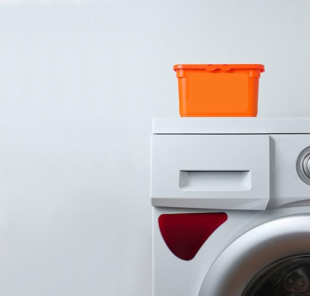 Scatola di polvere sulla lavatrice