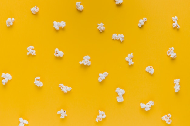 Scatola di popcorn con biglietti del cinema