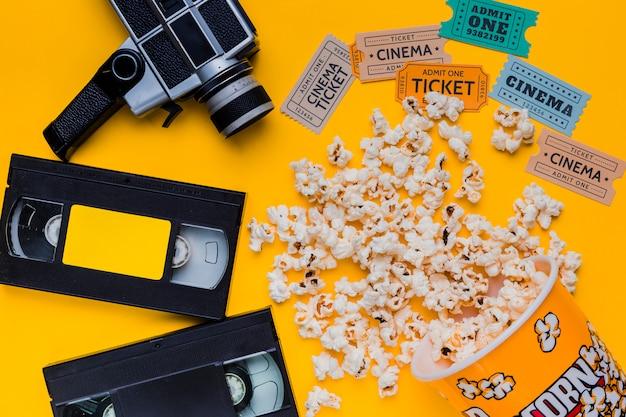 Scatola di popcorn sparsi con videocassetta