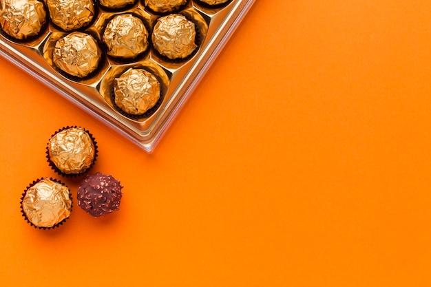 Scatola di praline sul tavolo arancione