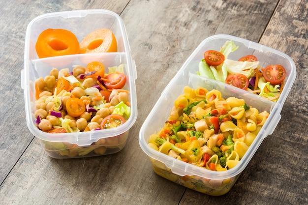 Scatola di pranzo con cibo sano pronto da mangiare sulla tavola di legno
