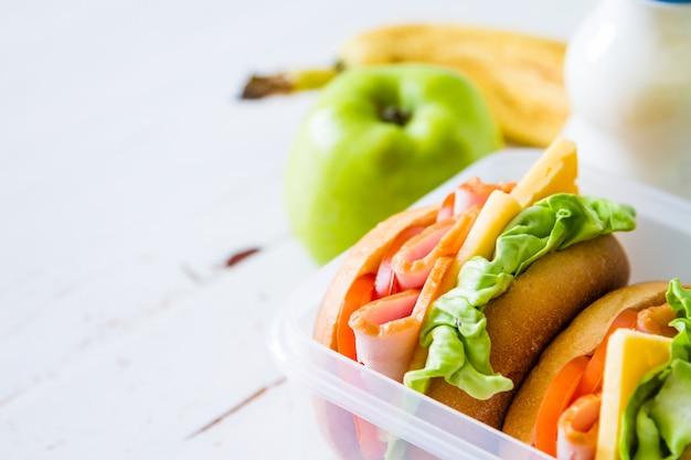 Scatola di pranzo con insalata di panini e frutta
