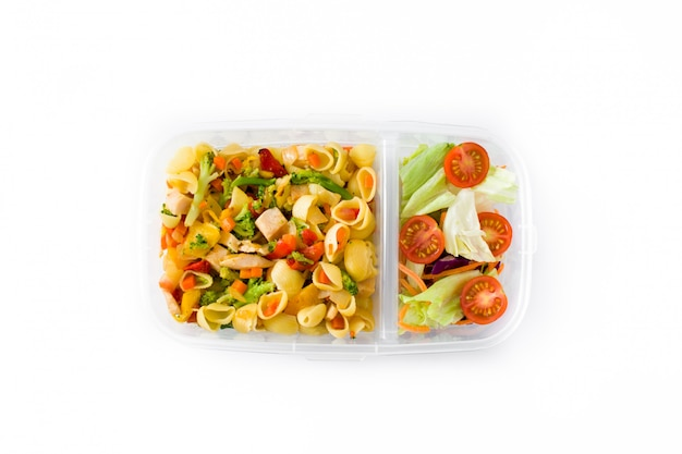 Scatola di pranzo con pasta e insalata isolata on white