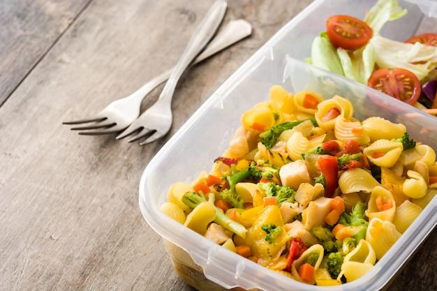 Scatola di pranzo con pasta e insalata