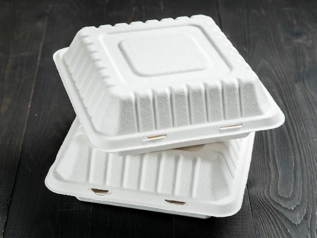 Scatola di pranzo di cartone due su fondo di legno