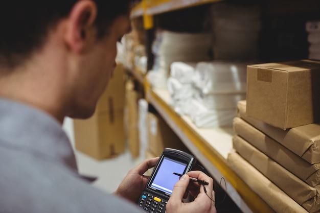 Scatola di scansione del lavoratore del magazzino in magazzino