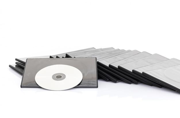 Scatola dvd con disco su sfondo bianco