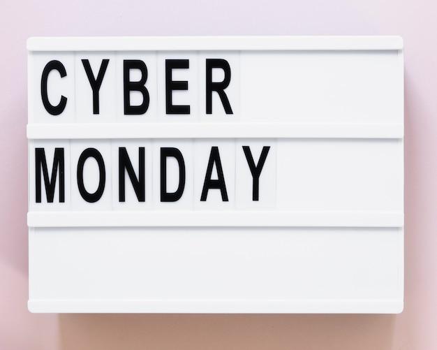 Scatola luminosa con cyber lunedì su di essa