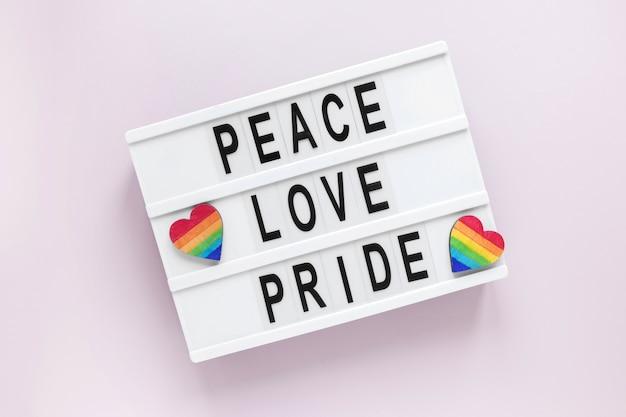 Scatola luminosa con messaggio per il giorno dell'orgoglio
