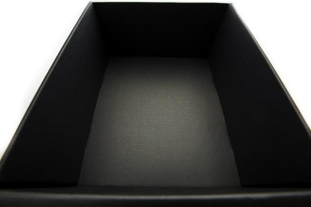 Scatola nera senza coperchio su bianco, vista dall'interno