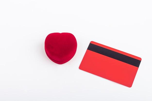 Scatola per anello in velluto a forma di cuore e carta di credito vuota
