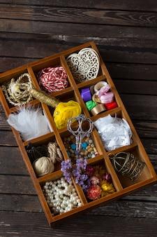 Scatola per artigianato: nastri, fili, forbici, pizzi, decorazioni, perline