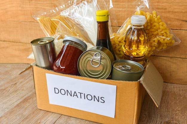 Scatola per donazioni con cibo in scatola e pasta