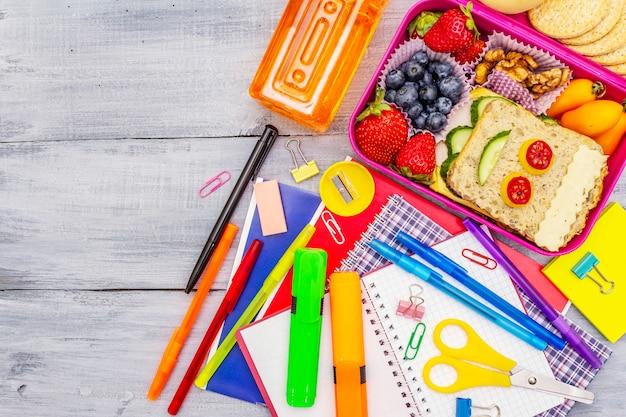 Scatola per il pranzo scolastico con materiale scolastico