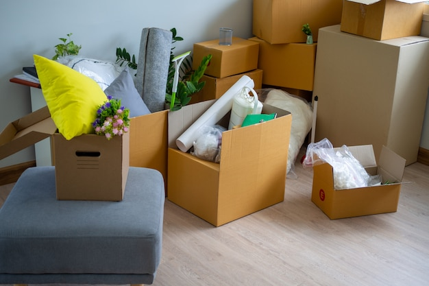 Scatola per oggetti personali e mobili. spostamento di scatole in una nuova casa