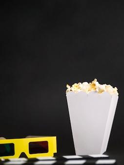 Scatola per popcorn vista frontale pronta per essere servita