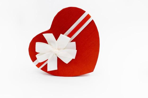 Scatola regalo a forma di cuore con un nastro