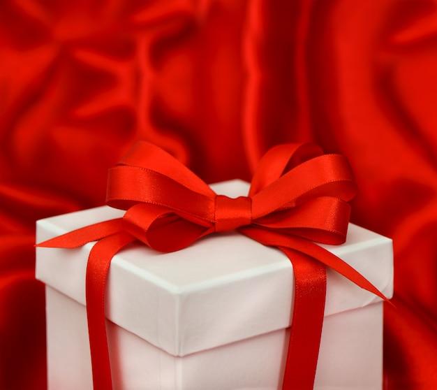 Scatola regalo bianca con fiocco rosso