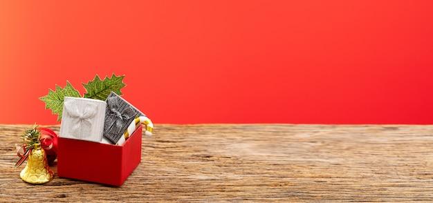 Scatola regalo con nastro di colore rosso per occasione speciale compleanno di natale
