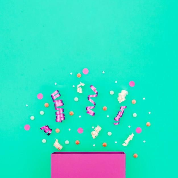 Scatola regalo di compleanno con coriandoli