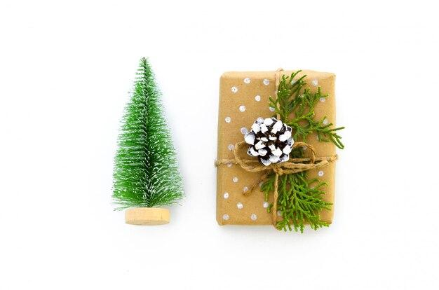 Scatola regalo di natale e giocattoli di natale avvolta in carta riciclata marrone decorata a mano