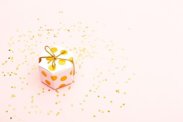 Scatola regalo e coriandoli dorati
