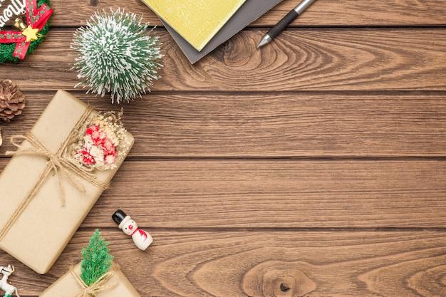 Scatola regalo fai-da-te artigianale e ornamenti natalizi su legno