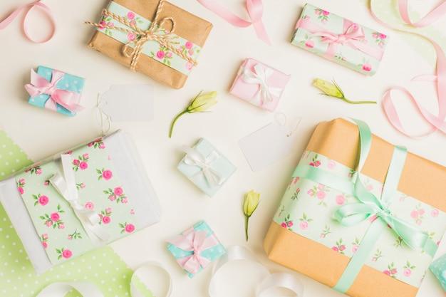 Scatola regalo floreale decorata con etichetta bianca vuota
