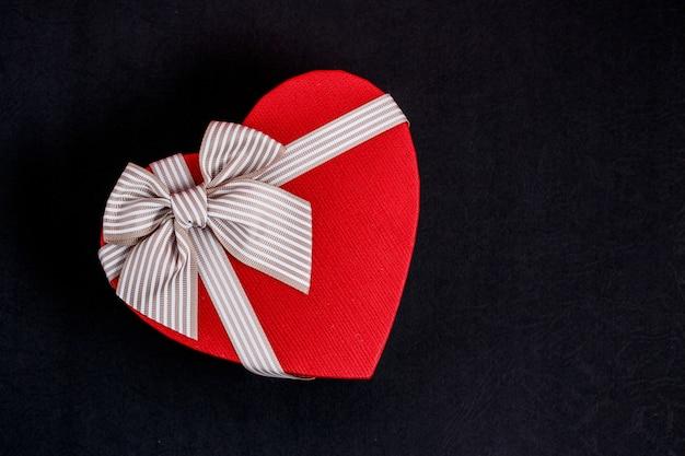 Scatola regalo in cartone biodegradabile a forma di cuore con nastri neri