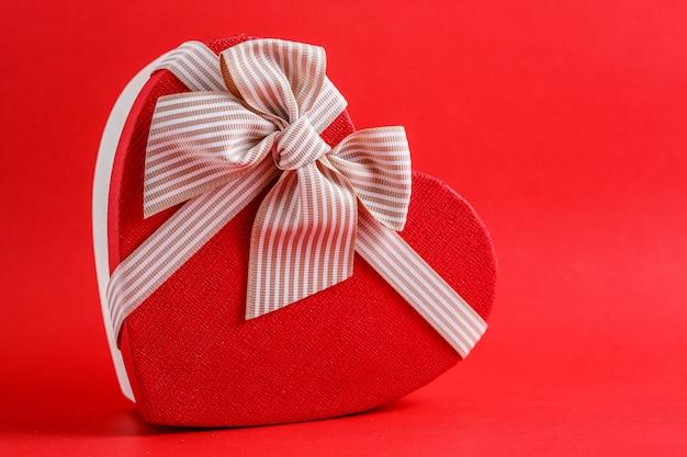 Scatola regalo in cartone biodegradabile a forma di cuore con nastri rossi