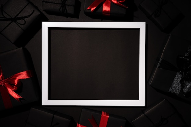 Scatola regalo nera con cornice bianca