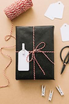 Scatola regalo nera con nastro sul tavolo