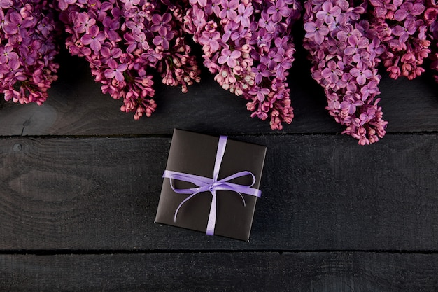 Scatola regalo nera piccola con fiori lilla naturali