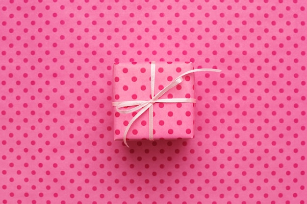 Scatola regalo rosa su rosa a pois
