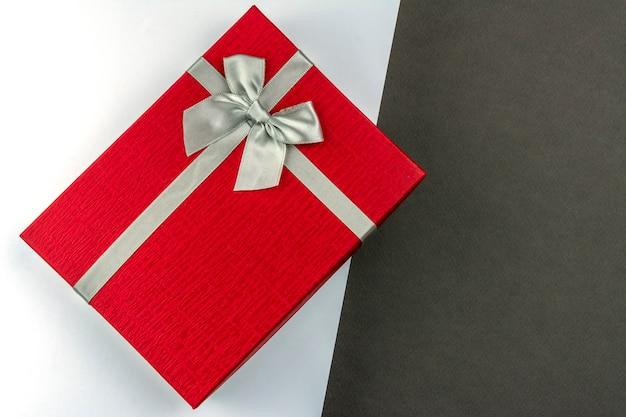 Scatola regalo rosso con sfondo bianco e grigio di prua