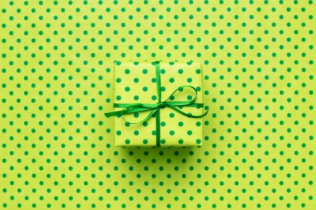 Scatola regalo verde su carta da pacchi verde a pois