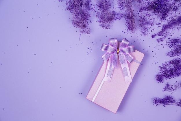 Scatola regalo viola vista dall'alto