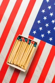 Scatola rossa e blu dei fiammiferi sulla bandiera degli sua