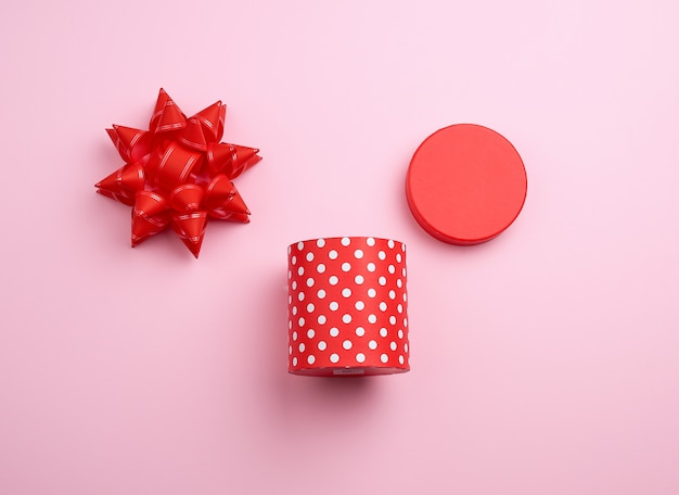 Scatola rotonda di cartone rossa a pois bianchi
