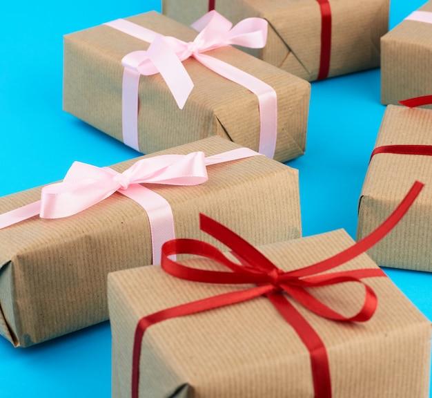 Scatole avvolte in carta marrone e legate con un nastro di seta, regali