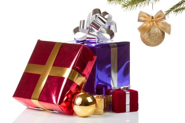 Scatole colorate con regali di natale