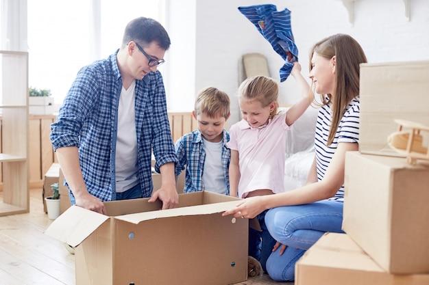 Scatole commoventi d'imballaggio con i bambini