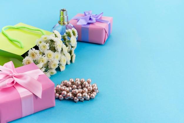 Scatole decorative della composizione con i regali fiorisce la festa dello shopping dei gioielli delle donne