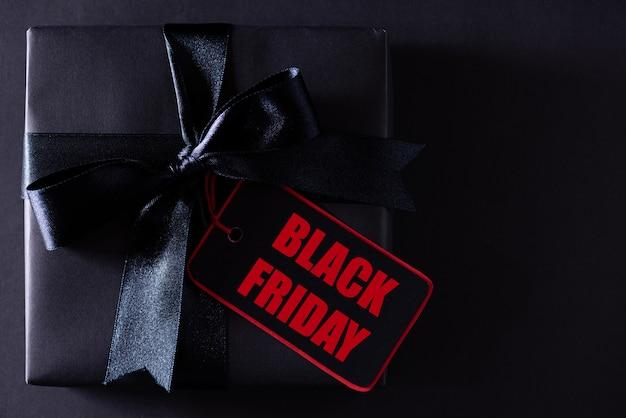 Scatole del black friday con imposta del black friday sull'insegna nera