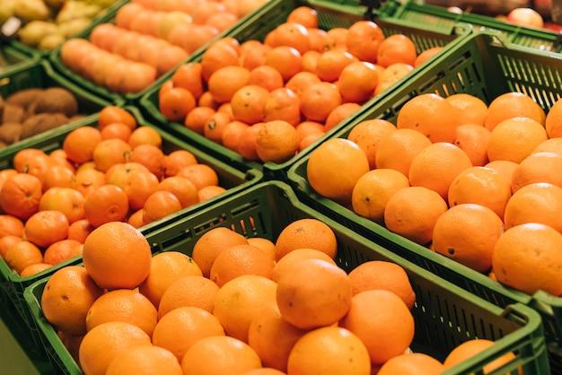 Scatole del primo piano con le arance in un negozio