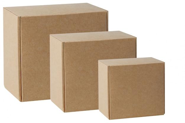 Scatole di cartone di varie dimensioni sono disposte in fila in diagonale. isolato su bianco